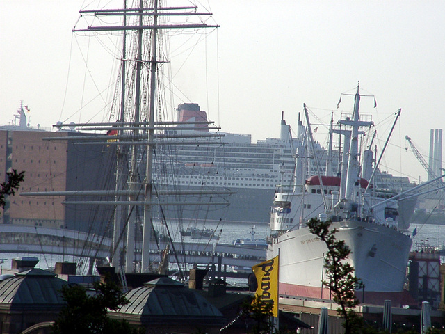 """Cap San Diego"" und ""Queen Mary 2"""