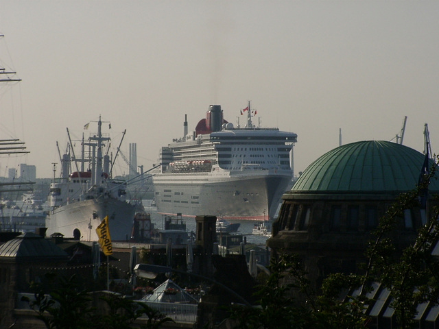 """Queen Mary 2"", old elbe tunnel and ""Cap San Diego"""