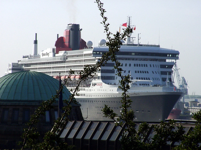 Queen Mary 2 and old elbe tunnel
