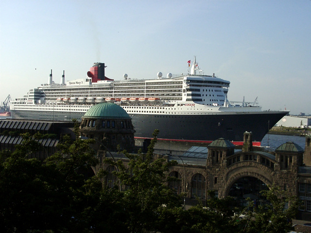 Queen Mary 2 + Alter Elbtunnel