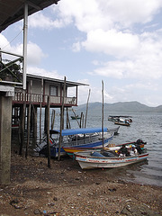 House on stilts with boats / Maison sur pilotis avec embarcations.