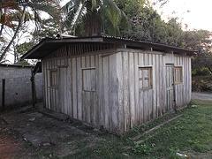 Maison à guichet fermé / Solitary house.