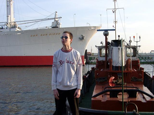Pierre vor Barkasse und Cap San Diego