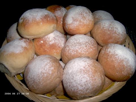 Witte kadetten en rustieke bruine broodjes