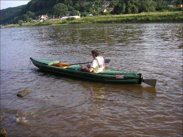 Sohn mit Boot