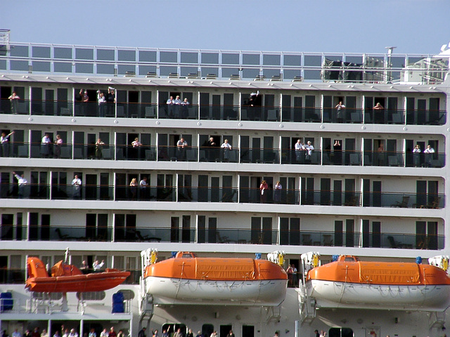 Passengers of Queen Mary 2 saying goodbye