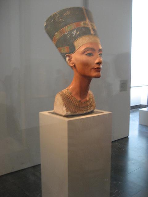 Berlin, Ägyptisches Museum, Nefertiti bust (1)