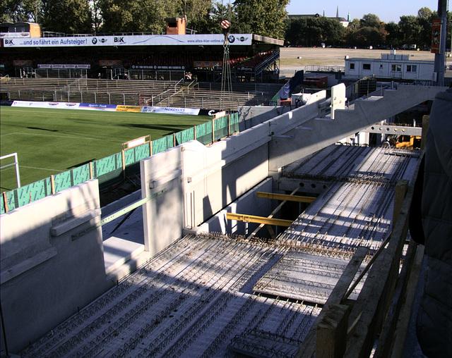 Blick von halbe Höhe Sitzplätze auf noch entstehenden Sitzplatzbereich Südkurve