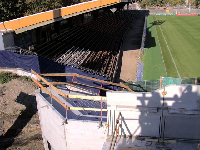 Blick von Sitzplatzbereich auf Stehplatzbereich Südkurve und Sitzplätze Haupttribüne