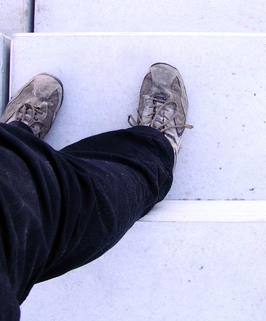 Visualisierung der Stufenbreite Stehplatz Südkurve anhand von Schuhgröße 47 ;)