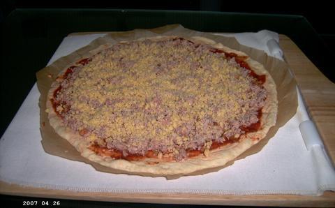 Tonijnpizza klaar voor de oven