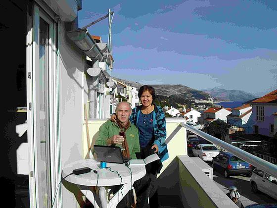 Ni sur la balkono de nia apartamento guante la vivon