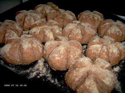 Meergranen-uienbroodjes