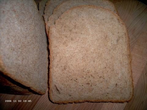 Luchtig bruinbrood (aangesneden)