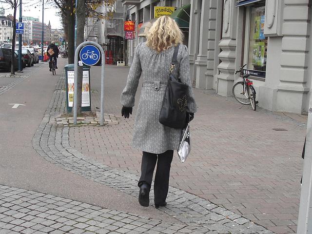 Aladdin Swedish blonde Lady in hammer heeled boots /  Blonde Suédoise en bottes à talons marteaux