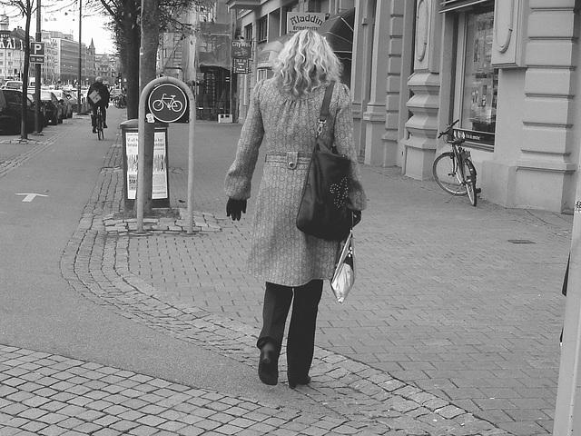Aladin Swedish blond Lady in hammer heeled boots /  Blonde Suédoise en bottes à talons marteaux - Helsingborg / Suède.  22 Octobre 2008  - B & W