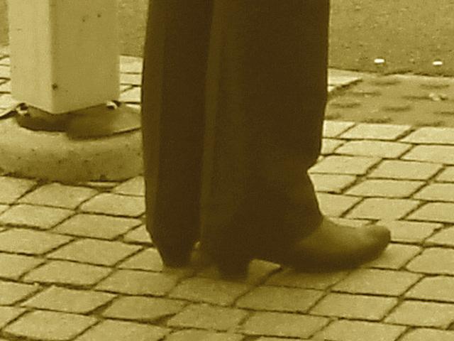 Aladin Swedish blond Lady in hammer heeled boots /  Blonde Suédoise en bottes à talons marteaux - Helsingborg / Suède.  22 Octobre 2008- Sepia