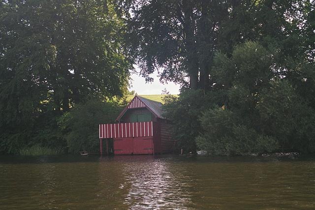 kleines Bootshaus mit Terasse