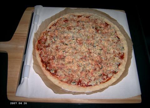 Pizza klaar om de oven in te gaan