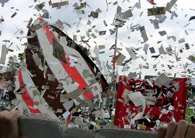 Konfetti und Flaggenchoreo beim Unionspiel-Einlauf