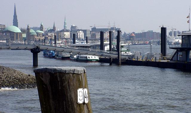 Blick auf Landungsbrücken mit Poller 94