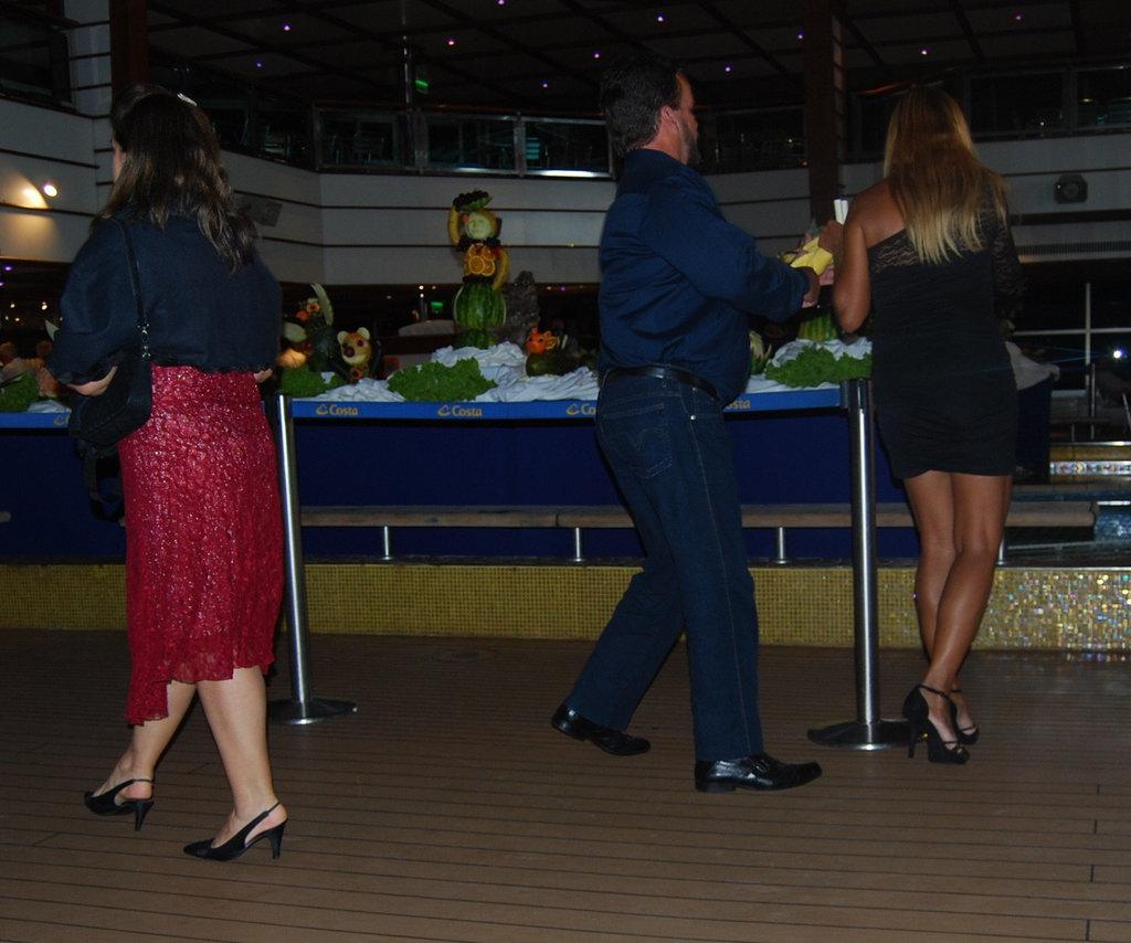 Croisière et talons hauts / Cruise & high heels - Recadrage.
