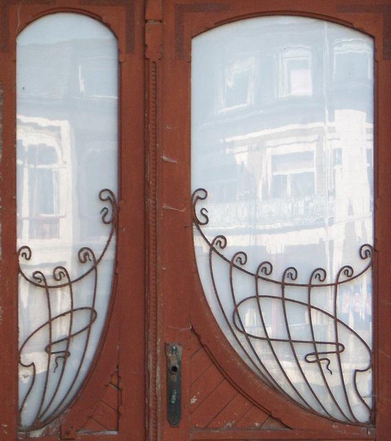 Tür mit Jugendstilgitter in Neustrelitz