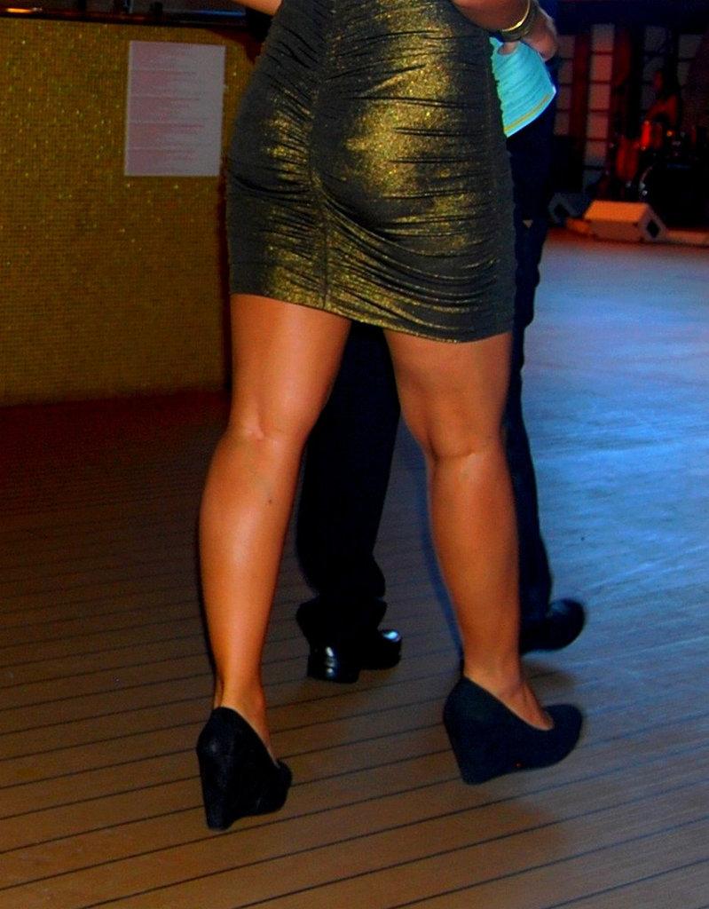 Chanteuse de croisière en talons hauts / Cruise singer in high heels.