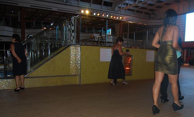 Chanteuse de croisière en talons hauts / Cruise singer in high heels - Recadrage.