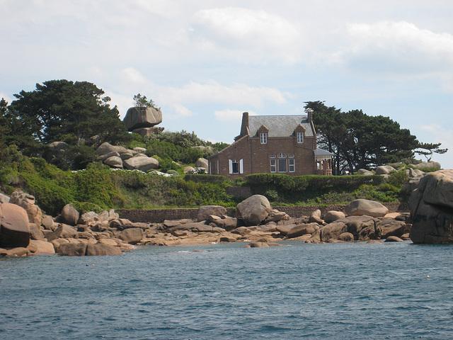 Un belle maison à l'entrée du port de Ploumanach