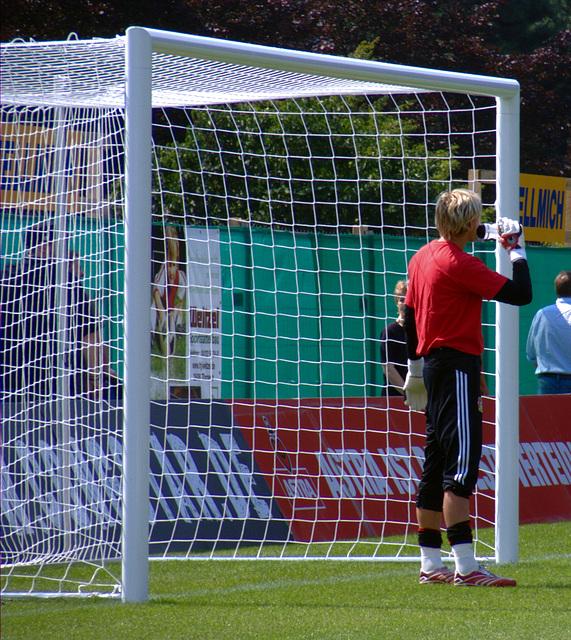 Leverkusens Torwart kuckt nochmal nach, wie spät es ist...