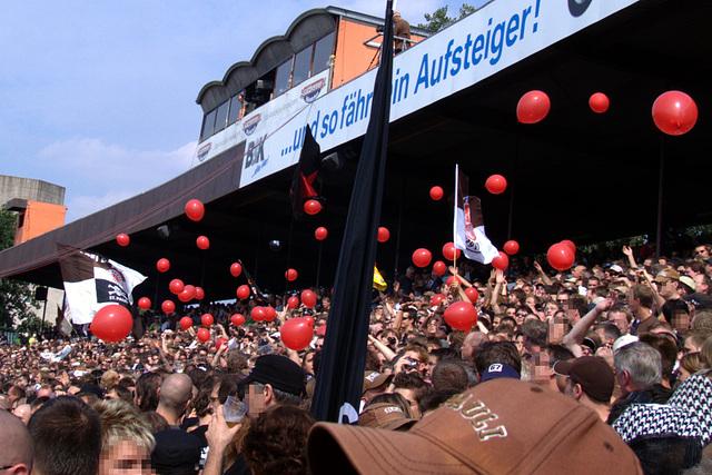 Rote Luftballons. Nunja, bischen unpassende Farbe bei einem Spiel gegen Leverkusen, aber egal...