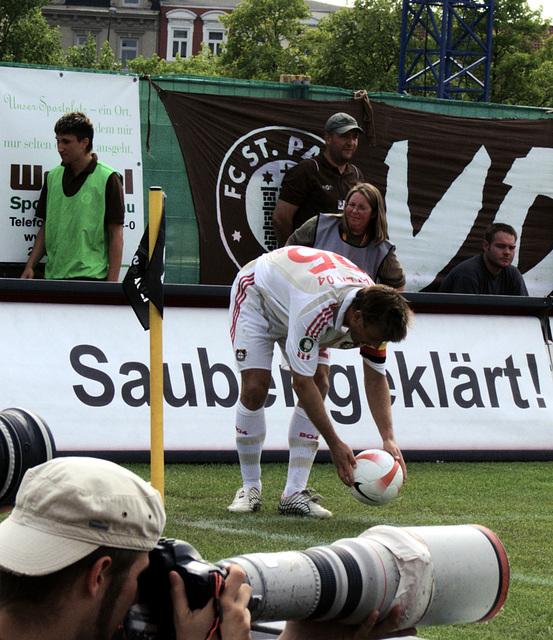Aber Leverkusen drängt, Ecke von Schneider