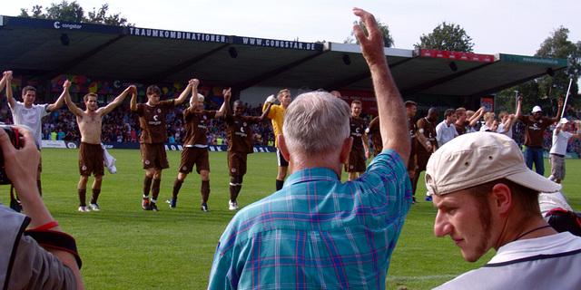 Die Arme hoch, kommt, lasst uns feiern! Auch die skeptischen Pressefotografen, alle Arme hoch!