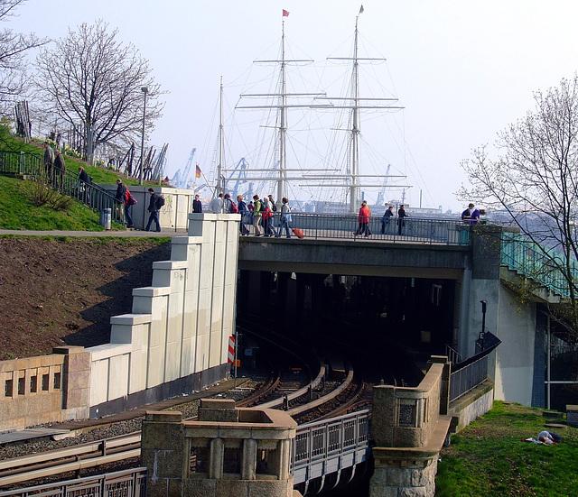 Brücke über den U-Bahnhof Landungsbrücken