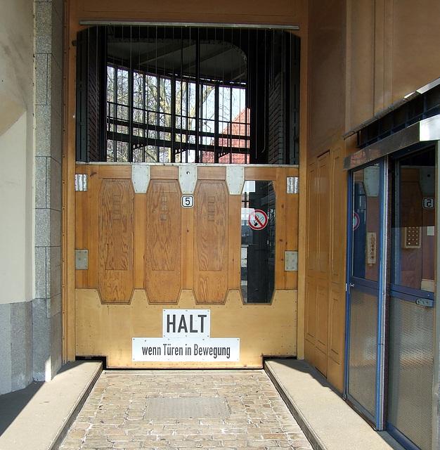 Hoist-Door for cars at Alter Elbtunnel