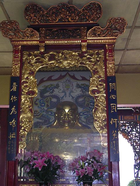 Buddha, leider hinter Glas