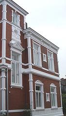Ziegelhaus in weiss und rot