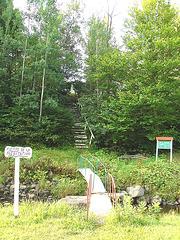 Pierre de la méditation / Meditation stone area - Québec- CANADA - 20 août 2006 - Le petit pont  /  Small bridge.