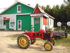Solitude Ste-Françoise - Québec, CANADA - 19 août 2006 / The tractor - Le tracteur