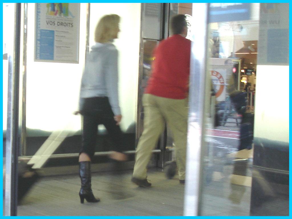 Dame blonde et mature en bottes à talons hauts marteau / Mature Blonde Lady in hammer heeled Boots - Aéroport de Bruxelles / 19 octobre 2008.