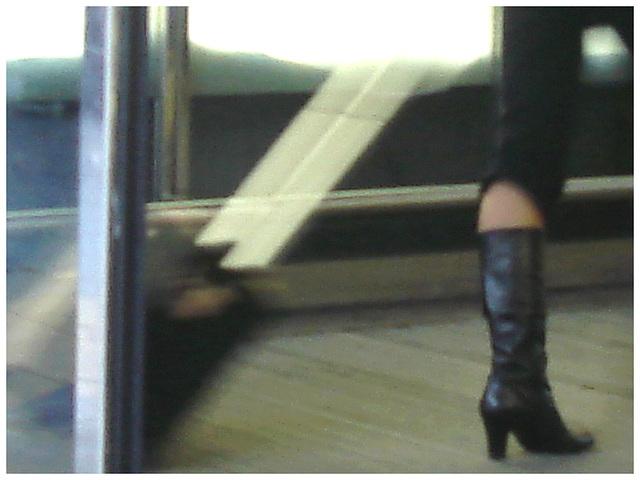 Dame blonde et mature en bottes à talons hauts marteau - Aéroport de Bruxelles.