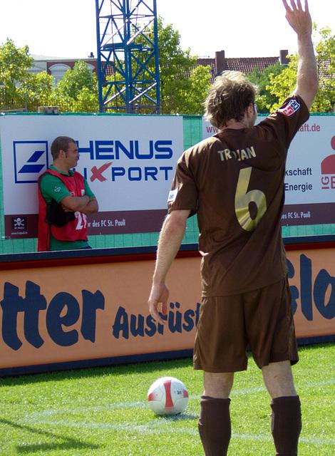 Trojan beim Eckball mit typischer Handbewegung