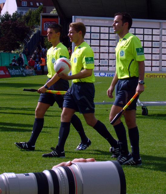 Schiedsrichtergespann beim Abgang