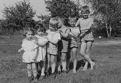 Meine Cousinen und mein Vetter  sowie mein Bruder und ich