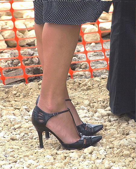 My friend Rachel with permission /Mon ami Rachel en talons hauts avec sa permission - My shoes building site by Mandy / Original shot.