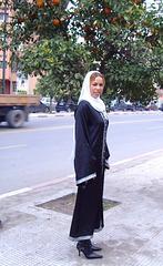 Séduisante jeune Islamique en bottes à talons aiguilles  /Maghreb