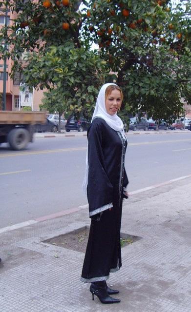 Séduisante jeune Islamique en bottes à talons aiguilles