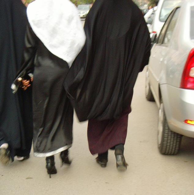 Séduisante jeune Islamique en bottes à talons aiguilles -  Maghreb  /  North Africa  /  Janvier 2009