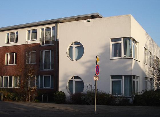 ein Architekturbüro mit Eck- und runden Fenstern